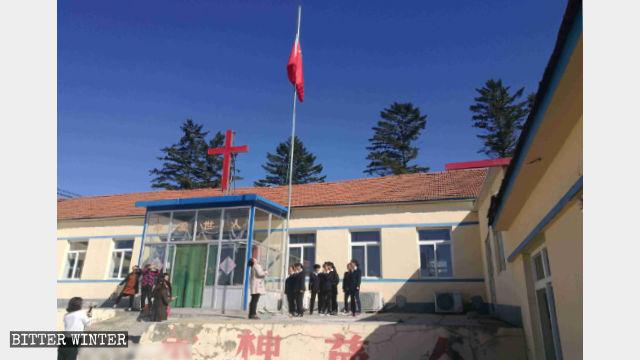 丹東市團山鎮一三自教堂豎立國旗(9月初)