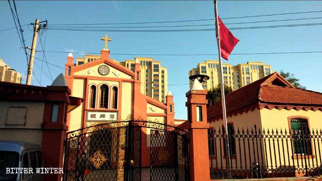 丹東市八道禮拜堂豎立國旗(9月下旬)