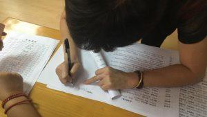 在文件上簽字(網絡圖片)