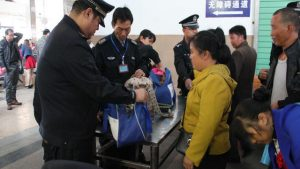 警察檢查旅客行李