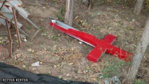 駕部村教堂的十字架被強拆後,扔落在地上