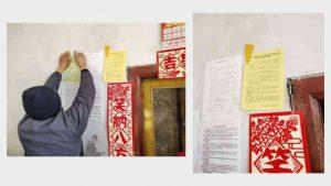 一村民在貼抵制宗教信仰的宣傳單頁(知情人提供)
