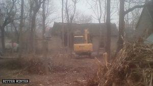 挖掘機正在強拆貧困老人住房