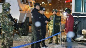 新疆警察盤查民眾(網絡圖片)