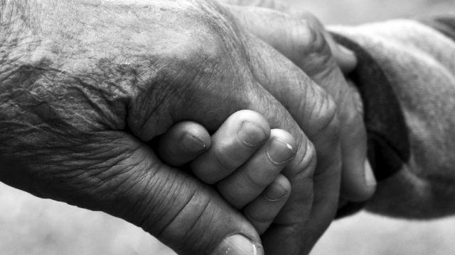 儿子被关进再教育营 新疆老妇与孙子艰难度日