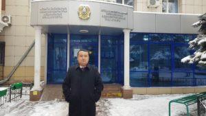 賽爾克堅畢萊喜在法院外(志願者提供:記者喬龍:RFA)
