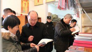 1月16日,張家港市民宗局聯合其他政府部門在教堂裡檢查非法宗教類書籍(網絡圖片)