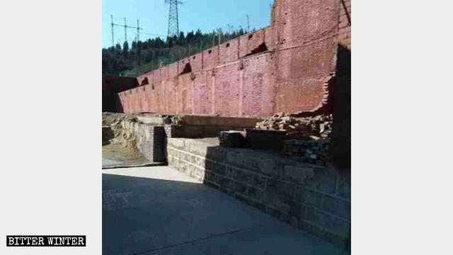 寺廟建築被拆毀後,留下殘垣斷壁
