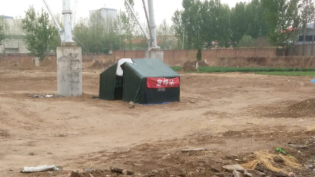 當地政府派人在范主教的墓地旁設崗把守(知情人提供)