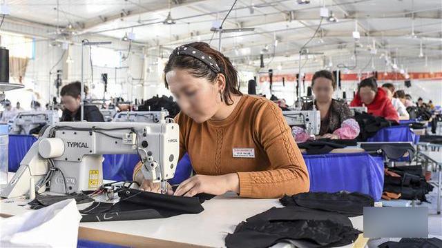 維吾爾婦女在政府辦的工廠工作(網絡圖片)