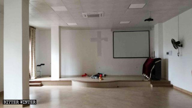 聚會場所內的講台、桌椅被搬空,十字架被撕毀