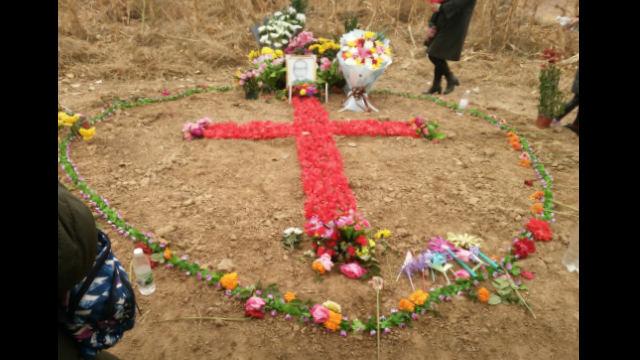 2018年,教友憑弔范主教時用花擺了一個十字架(知情人提供)