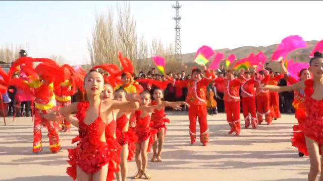 維吾爾小女孩被套上漢服慶祝吐魯番春天的開始。這公然違背維吾爾文化規範,激怒了維吾爾人