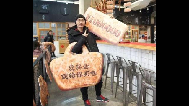 「發獎金,就給你買包。」烏魯木齊高檔的萬達購物廣場出售新式的「維吾爾人的」「饢」
