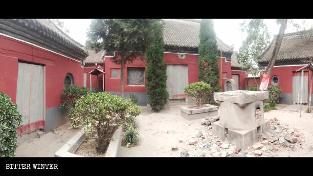 妙相寺的門被鐵皮封住,香爐被砸毀