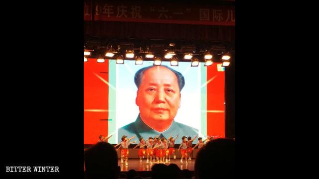 孩子們在毛澤東像前表演「紅色」節目