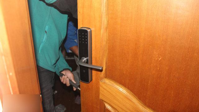 某地工人正在給出租屋安裝智能門鎖(網絡圖片)