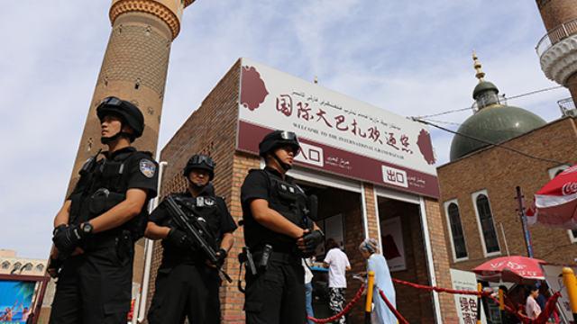 特警在新疆街頭執勤(網絡圖片)