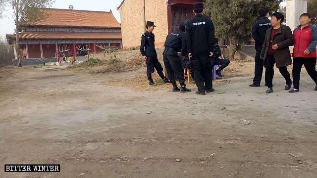 警察在古靈山寺前把守