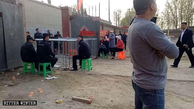 警察在古靈山寺門口設置鐵欄杆,限制民眾進行正常的宗教活動