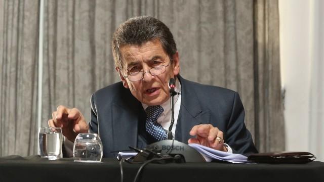 法庭主席杰弗里·尼斯爵士在宣布法庭的判決結果。