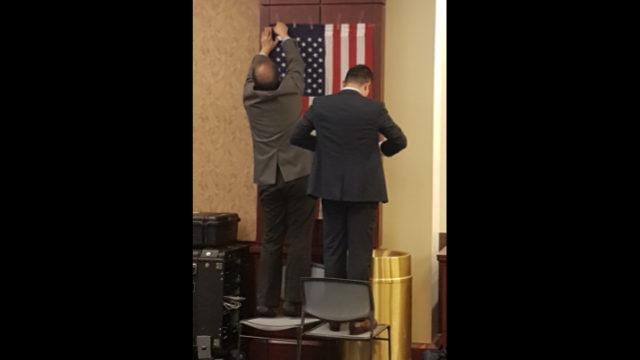 美國國會大廈遊客中心,維吾爾人為準備開幕式把美國國旗釘到牆上