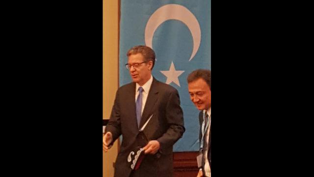 美國國際宗教自由無任所大使薩姆·布朗巴克(左)和世界維吾爾代表大會主席多里坤·艾沙先生