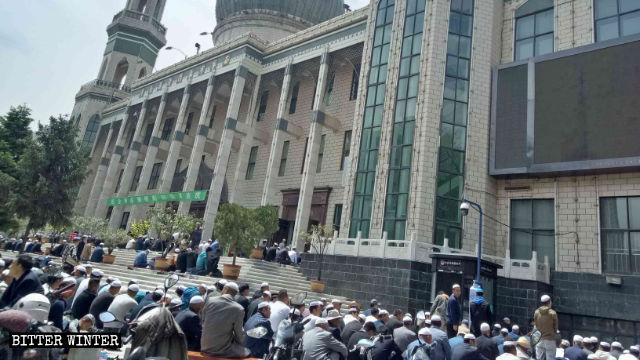 東關大寺外做主麻的穆斯林