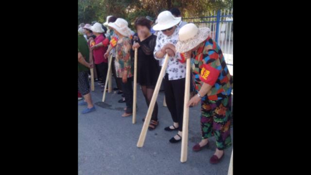 新疆某地民眾手持木棒參與反恐演練(知情人提供)