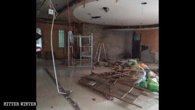 聚會點的一處大廳的天花板等被拆得面目全非
