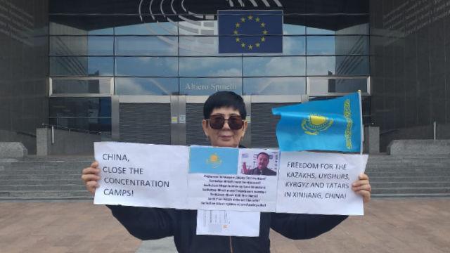 高哈爾·庫馬納利耶娃女士在布魯塞爾歐洲議會大廈前