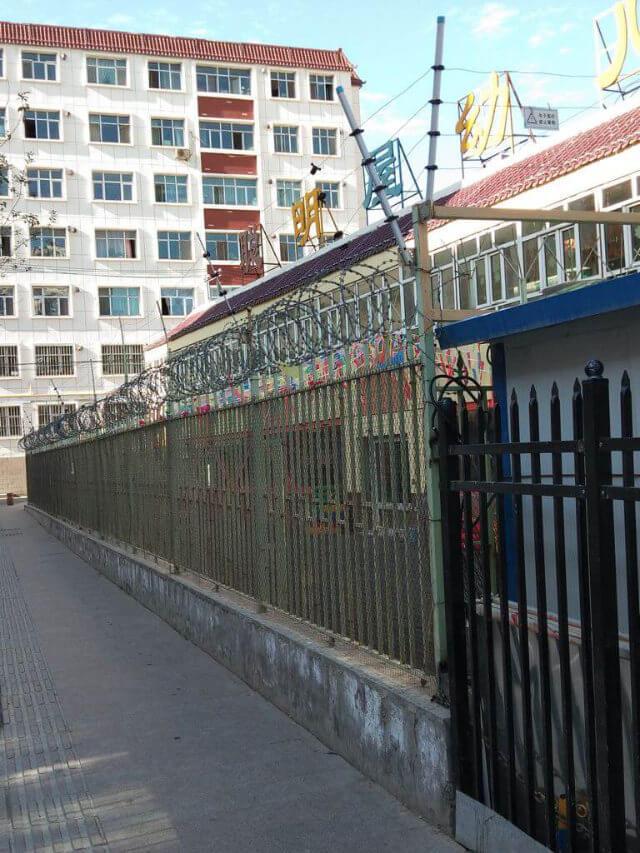 看起來非常像監獄的新疆學校。照片由一名意大利遊客提供。