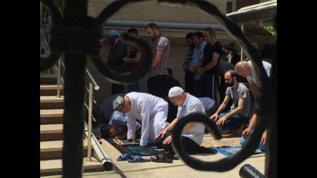 主麻日,在伊斯坦布爾郊區宰廷布爾努禱告中的維吾爾人。請注意左邊前排的維吾爾男子頭上戴著富有民族特色的刺繡「多巴」(維吾爾人戴的花帽)或無邊便帽。在土耳其,他們可以自由地作禱告,但他們在中國的同胞卻被禁止到清真寺做禮拜,許多人就是因為做禮拜遭到了關押。
