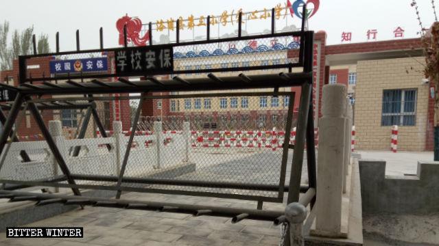 洛浦縣一所用來收容維吾爾兒童的學校,門禁森嚴
