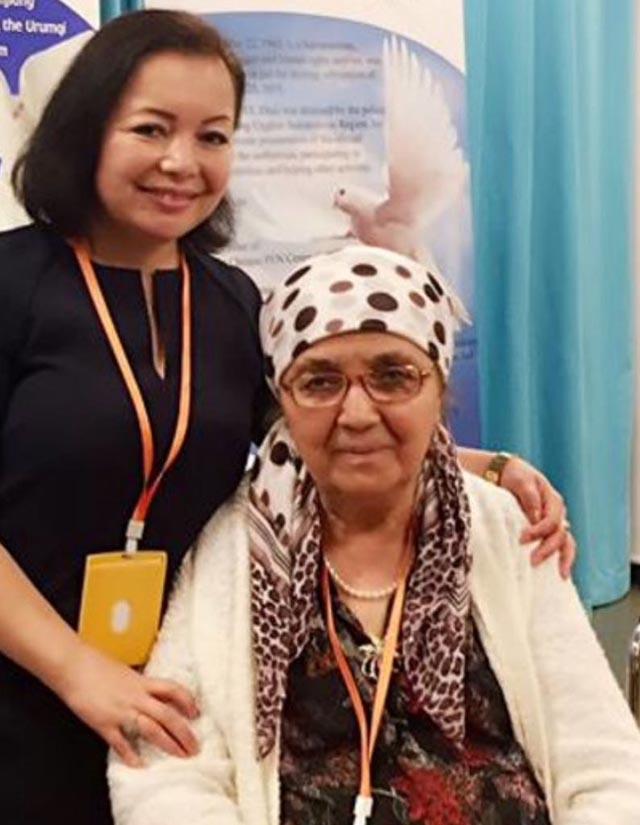 《淚水浸透的土地》的作者蘇雲古麗與該書英文譯者海外維吾爾作家兼音樂家拉希米·馬赫穆德的合影
