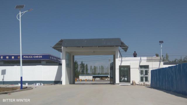歡迎來到「自由之地」:一進新疆伊寧市教育轉化營,「犯人」就必須在9個工廠內工作。