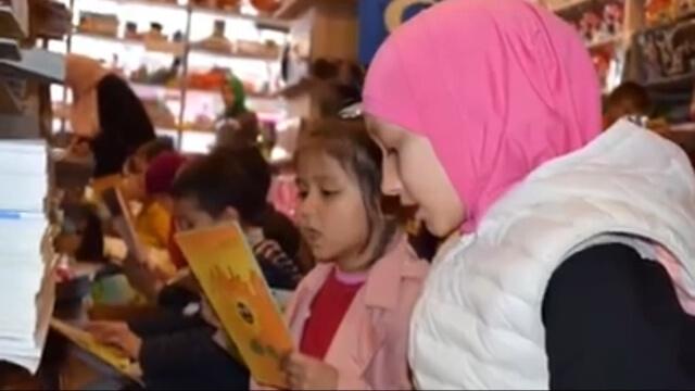 希拉伊的學生在參觀他在伊斯坦布爾開的書店。