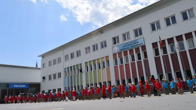 今年入學的小學生特別多,學校現在不得不租用當地一所土耳其學校的部分樓房。